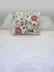 Lavendelöl gegen Milben im Bett einsetzen.